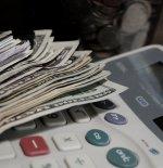 pieniądze i kalkulator